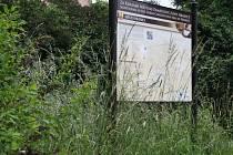 Za krásami památkové zóny Hranice vybízí cedule mezi přerostlou trávou