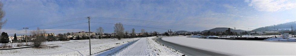 Zimní Hranice ve středu 20. ledna - panorama Hranice okolo Bečvy.