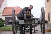 Repliku francouzského polního kanonu vyrobil Robert Tuček z Dřevohostic, kde nyní vrcholí přípravy na Dušičkový pochod napoleonských vojáků. Právě na zdejším zámku byl totiž v roce 1805 vojenský lazaret.