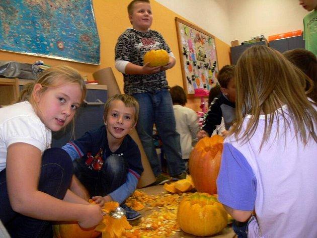 Halloweenská párty v Potštátě se kvůli počasí odehrávala v budově školy.
