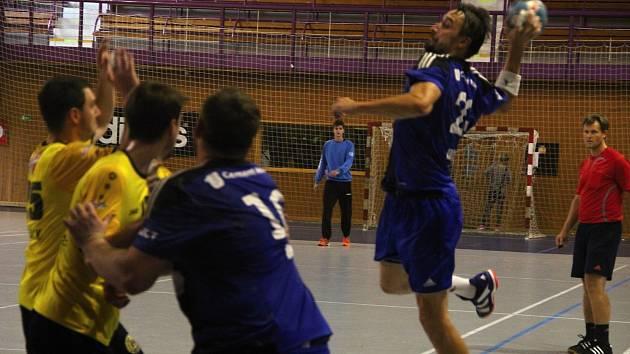 Házenkáři Hranic (v modrém) na domácím Turnaji čtyř proti Frýdku-Místku a Brnu.