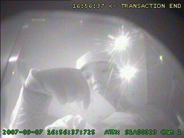 Zloděje zachytila kamera při výběru z bankomatu.