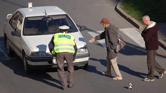 Sraženou chodkyni v Přerově odvezla sanitka a nehodu na místě vyšetřovali dopravní policisté.