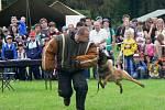 Figurant Ivan Šimon musí při předváděcí akci vytrpět i deset kousanců belgického ovčáka