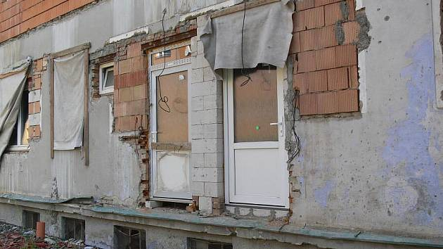 Zchátralá budova bývalé školky na Cementářském sídlišti