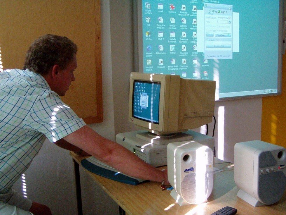 Ředitel školy Jan Jursík předvádí možnosti, jaké skýtá interaktivní tabule.