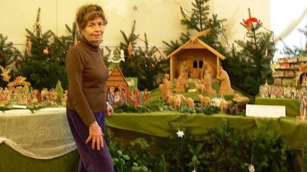 Paní Musilová představuje tradiční výstavu betlémů
