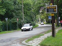 V Přerově upozorňují řidiče na to, aby zmírnili rychlost, pouze orientační měřiče. V Lipníku nad Bečvou začnou měřit rychlost už od příštího týdne strážníci.