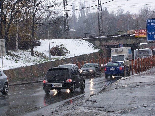 Sníh rychle odtál, přesto se většina řidičů pohybovala na cestách se zvýšenou opatrností. I tak se zvýšil počet dopravních nehod nad běžnou míru.