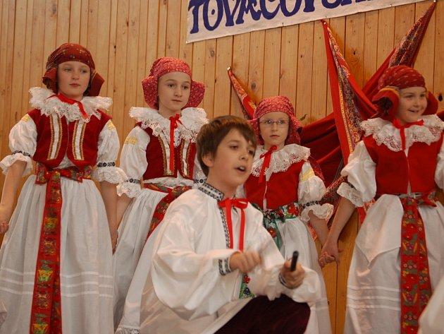 Soutěžní přehlídka dětských hanáckých souborů s názvem Tovačovské fěrtóšek zaplnil sportovní halu v Tovačově.