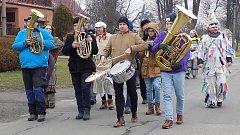 Medvěda v drahotušském průvodu doprovázelo třicet masek i kapela