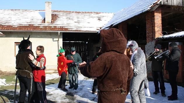 Medvěd vyzval k tanci obyvatele Ústí na Hranicku.