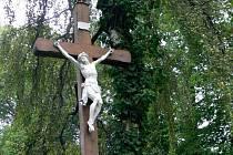 U teplických lázní už stojí zcela nový kříž. Dřívější byl v dezolátním stavu