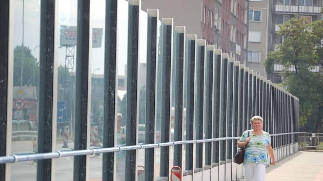 Podle ornitologů nová průhledná stěna na mostě u přerovské elektrárny představuje velké nebezpečí pro opeřence.
