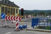 Na silnici v Černotíně se teď v kteroukoliv denní dobu tvoří kolony. Řidiči je přičítají semaforům, jež tam řídí provoz kvůli výstavbě bezpečnostního ostrůvku. Podle nich jsou seřízeny špatně