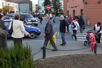 Kolony aut a davy lidí, tak to vypadá ve všední dny na křižovatce 8. května.