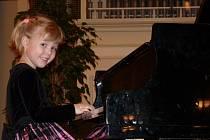 Šestiletá klavíristka ZUŠ Hranice Rozálie Číhalová
