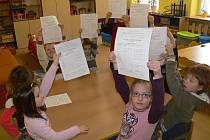 Prvňáčci na Základní škole Šromotovo si šli pro své první vysvědčení