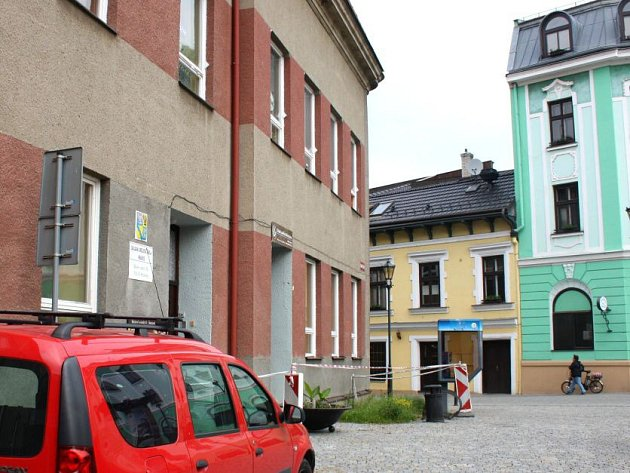 Červenobílá páska snápisem zákaz vstupu, která zdobila hlavní vchod Základní umělecké školy vHranicích, vbrzké době zmizí. Již od 1.července zde započne oprava římsy, která hrozila spadnutím.