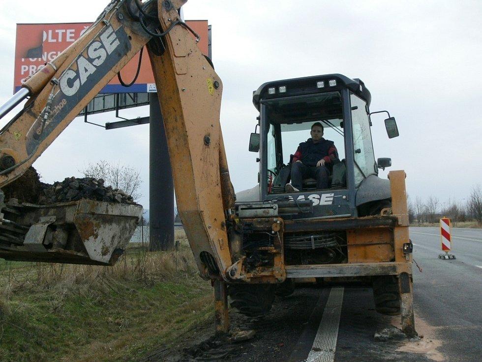 Práce na silnici I/47 v Hranicích, v místě čtvrteční havárie cisterny s benzinem