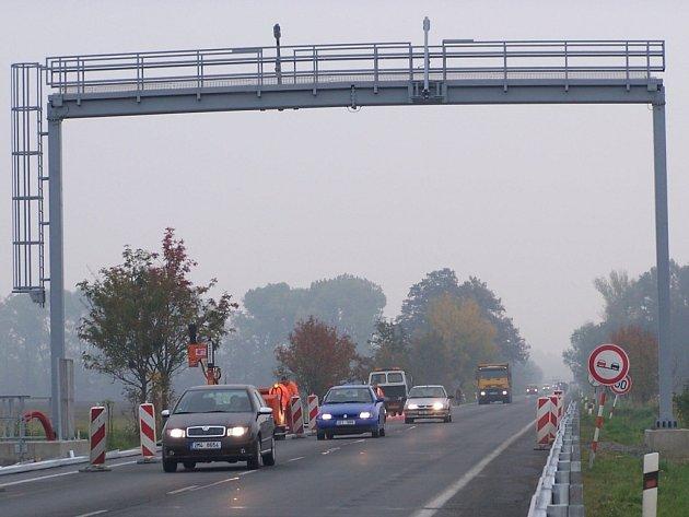 První mýtná brána stojí na silnici mezi Osekem a Lipníkem nad Bečvou.
