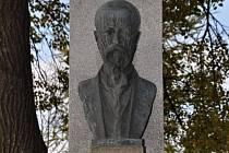 Ztracená busta T. G. Masaryka, která byla dlouhá léta dominantou prostranství před školou v Jezernici.