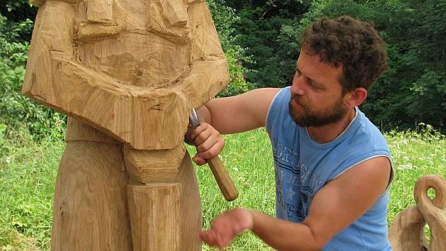 Dřevořezbář Jan Vincker pracuje na soše lázeňské dámy, která bude zdobit odpočinkové prostranství v Teplicích nad Bečvou
