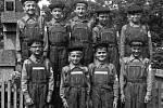V roce 1973 dosahovalo v Hluzově výborných výsledků družstvo mladých hasičů. Na památku se proto nechali vyfotit u pomníku padlých.