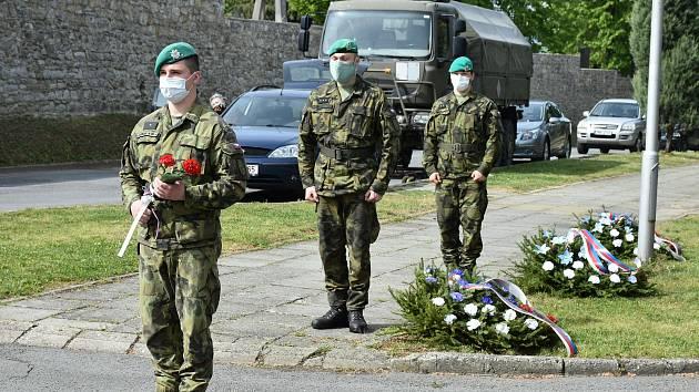 Připomínka Dne vítězství u Obřadní síně hranického hřbitova v pátek 8. května.