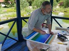 Osmice umělců z Holandska, Slovinska, Polska a Česka v těchto dnech tvoří svá díla v malebných zahradách Staré střelnice v Hranicích.