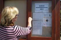 Cedulka s nápisem Daňově diskriminovaná obec visela v úterý na viditelných místech také ve vesnicích na Hranicku. Ve Špičkách jej například starostka Naděžda Polednová umístila do vývěsky.