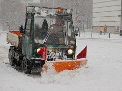 Technické služby odstraňovaly sníh v ulicích Přerova.