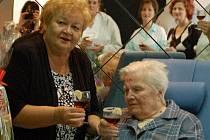 Ve velkém stylu oslavila významné životní jubileum Anna Urbaníková z Domova pro seniory v Radkově Lhotě. Popřát ke 101. narozeninám jí přišli příbuzní i zaměstnanci domova.