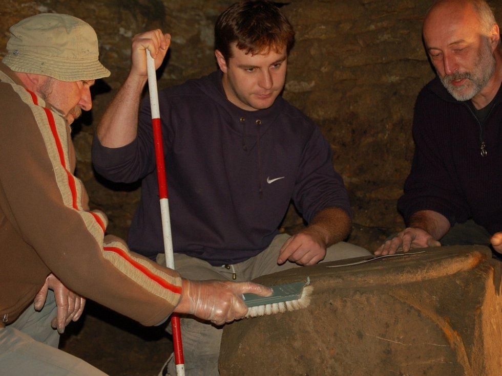 Přerovští archeologové se po sedmdesáti letech dostali do krypty pod kaplí svatého Jiří na Hroním náměstí v Přerově. Objevili zde i hlavici románského sloupu.
