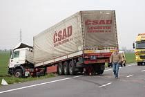 Po tragické nehodě, kdy se srazil nákladní automobil s osobním, zůstala zablokovaná cesta.