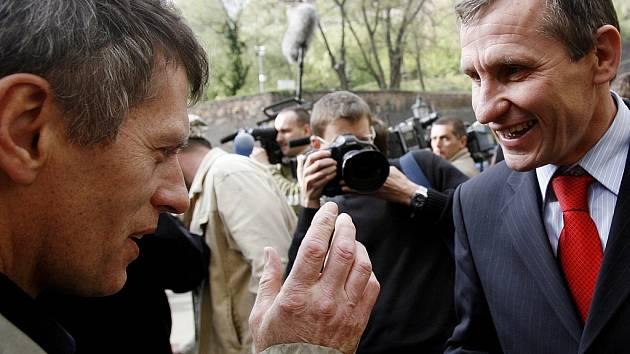 Na podporu místopředsedy vlády a předsedy KDU-ČSL Jiřího Čunka se konala demonstrace 18. dubna před Úřadem vlády v Praze. Čunek se pak po vystoupení před lidmi pozdravil i s Hučínem.