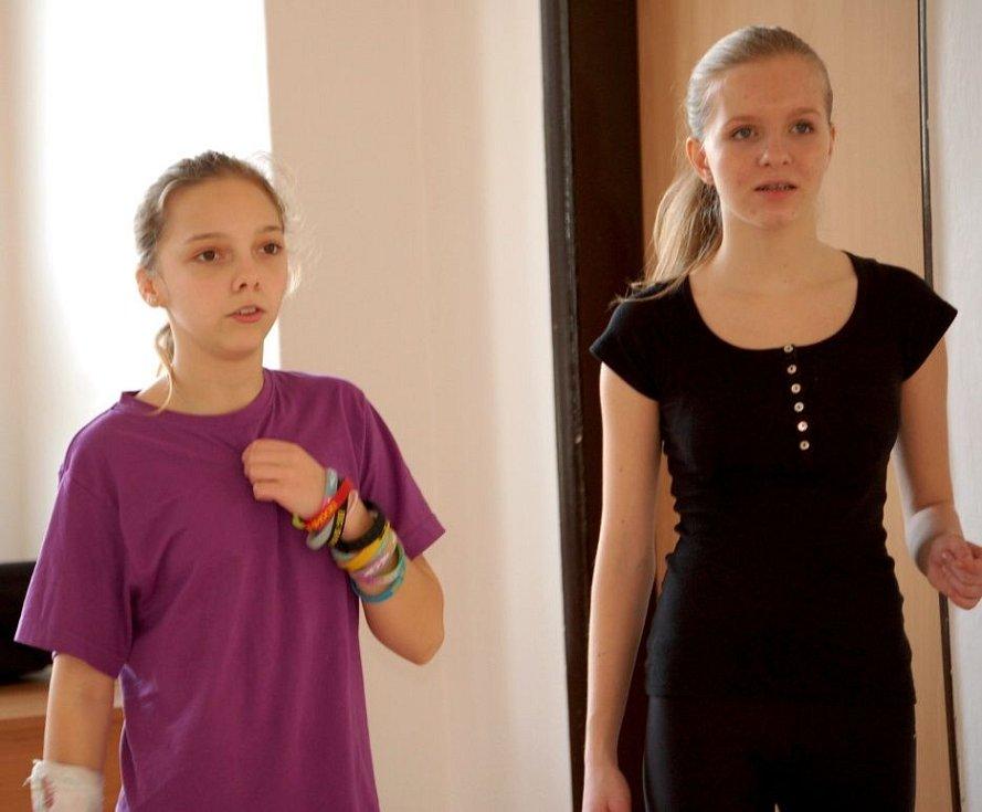 Zkouška na základní kolo soutěže Dívka roku 2014 v Domě dětí a mládeže Hranice