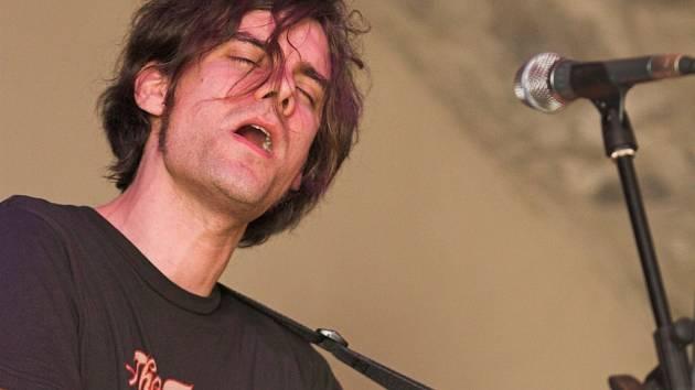 James Harries vystoupil bez své doprovodné skupiny pouze s akustickou kytarou.