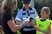 Policisté v Hranicích kontrolovali řidiče za účasti malých školáků.