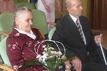 Kristýna a Jozef Oselští oslavili ve čtvrtek 16. dubna v hranickém domově seniorů zlatou svatbu. Jejich padesát let starý manželský slib jim přišel připomenout starosta města Miroslav Wildner. Kromě tří dcer jim k výročí poblahopřál i personál domova.