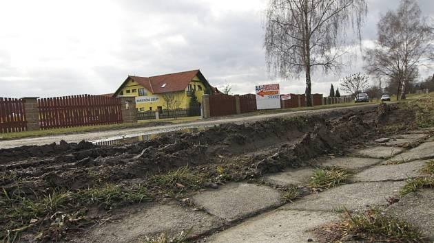 Rozježděný trávník a propadlý chodník vadí lidem, kteří žijí v Mlýnské ulici v Hranicích.