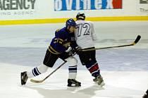Lipš (vpravo) atakuje soupeře.