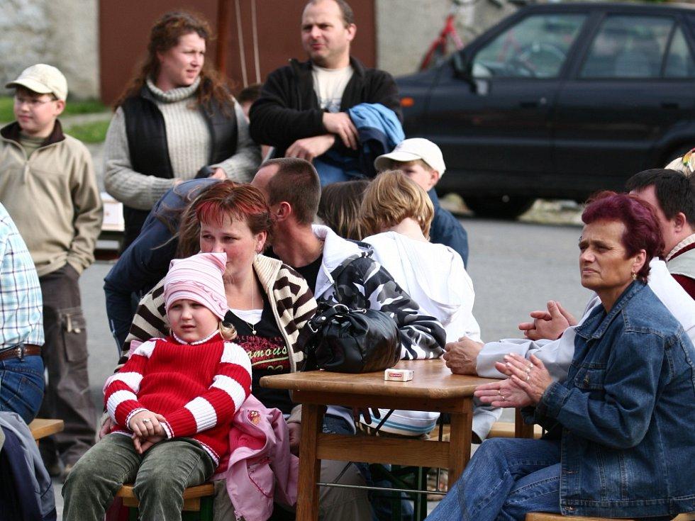 V parku uprostřed obce Horní Újezd se sešly stovky lidí. Kácení máje zde doprovázel bohatý program.