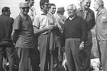 """""""Stará parta"""" motoristů při autocrossu v roce 1971: zleva Puchalský, Mikl, Kryška a Mašíček. Všichni byli opravdoví fandové motoristického sportu."""