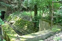 Část zábradlí nad potokem je pryč