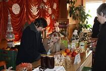 Klub seniorů uspořádal pro obyvatele obce Rouské Vánoční výstavu. Návštěvníci obdivovali výrobky domácích i přespolních a měli na výběr opravdu spoustu lákavých věcí.