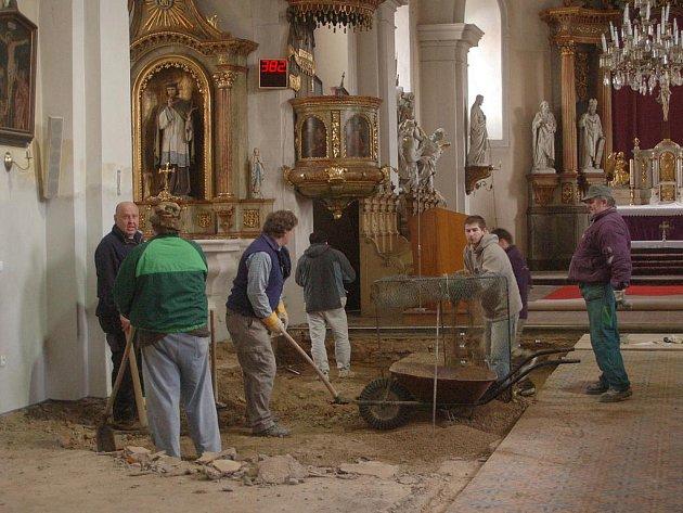Archeologové pracují v kostele Nanebevzetí Panny Marie v Horní Moštěnici