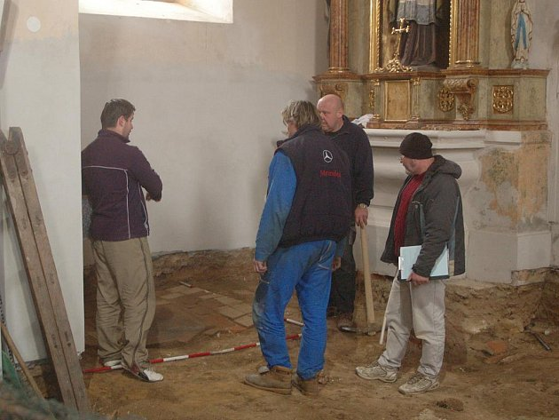 Hrobku vladyky Jana Barského z Baště objevili pod podlahou kostela Nanebevzetí Panny Marie v Horní Moštěnici