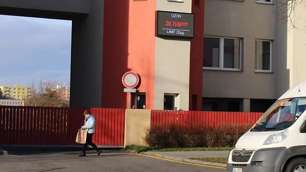 Informační panel měřící stanice kvality ovzduší v Hranicích