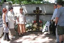 Tragickou událost na Švédských šancích připomíná pomník na přerovském hřbitově. Navštěvují jej rodiny lidí, kteří při masakru přišli o život.